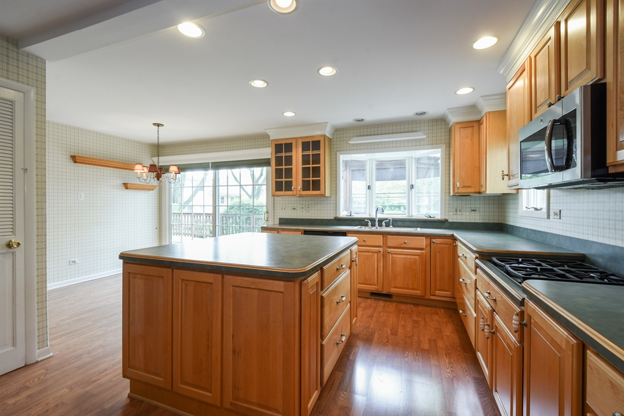 Real Estate Photography - 907 W. SIGWALT Street, Arlington Heights, IL, 60005 - Kitchen