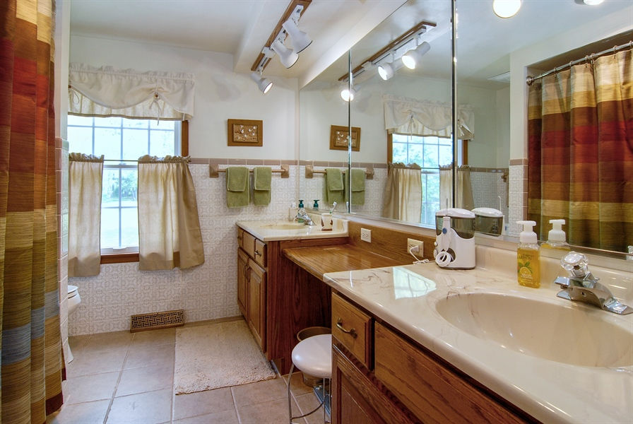 Real Estate Photography - 0S129 Surrey Drive, Elburn, IL, 60119 - 2nd Bathroom