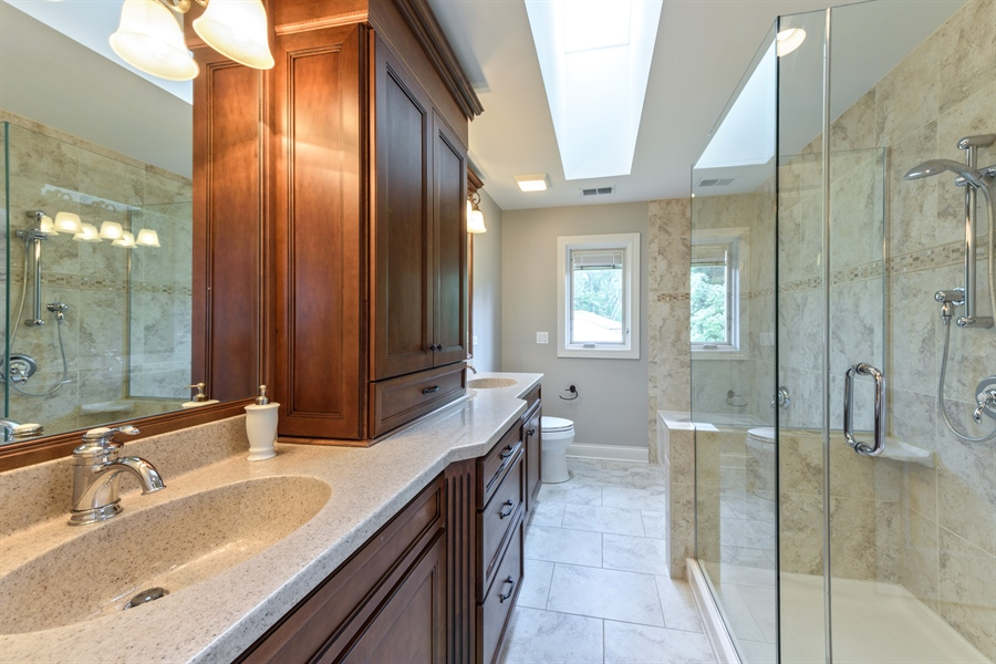 Real Estate Photography - 1531 S. Douglas Avenue, Arlington Heights, IL, 60005 - Guest bathroom