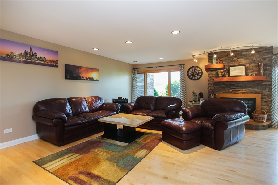 Real Estate Photography - 484 DOMINION Court, Wood Dale, IL, 60191 - Living Room