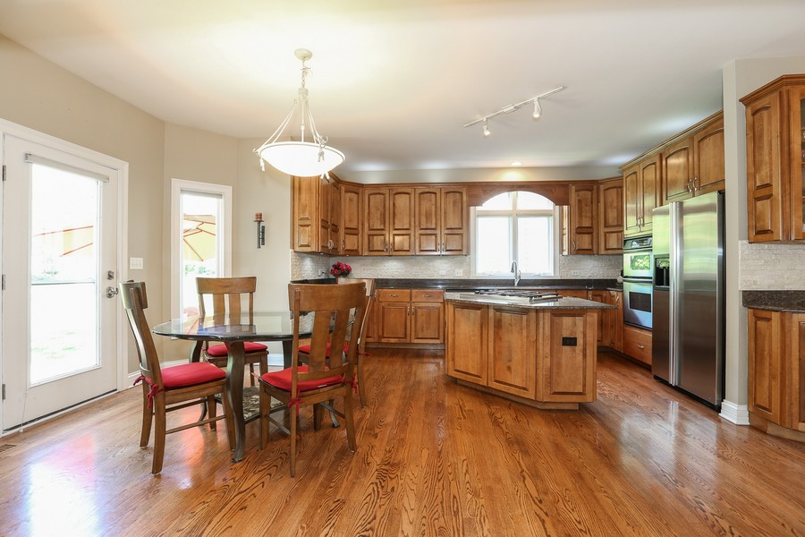 Real Estate Photography - 2S428 Chaucer Court, Glen Ellyn, IL, 60137 - Kitchen Eating Area