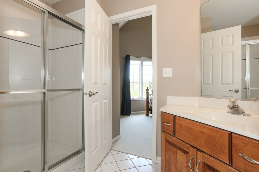 Real Estate Photography - 2S428 Chaucer Court, Glen Ellyn, IL, 60137 - 2nd Bedroom Bath