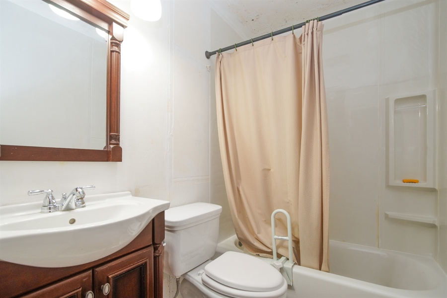 Real Estate Photography - 1811 E. Darryl Drive, Arlington Heights, IL, 60004 - Bathroom
