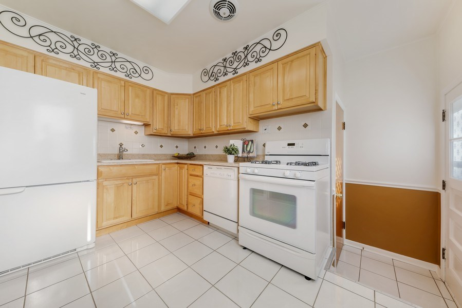 Real Estate Photography - 883 Duane Street, Glen Ellyn, IL, 60137 - Kitchen