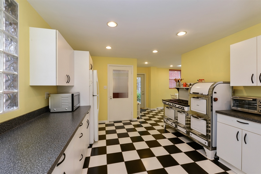 Real Estate Photography - 7463 N. Sheridan Road, Chicago, IL, 60626 - Kitchen