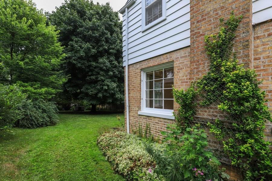 Real Estate Photography - 604 Ardmore Terrace, Libertyville, IL, 60048 - Side Yard