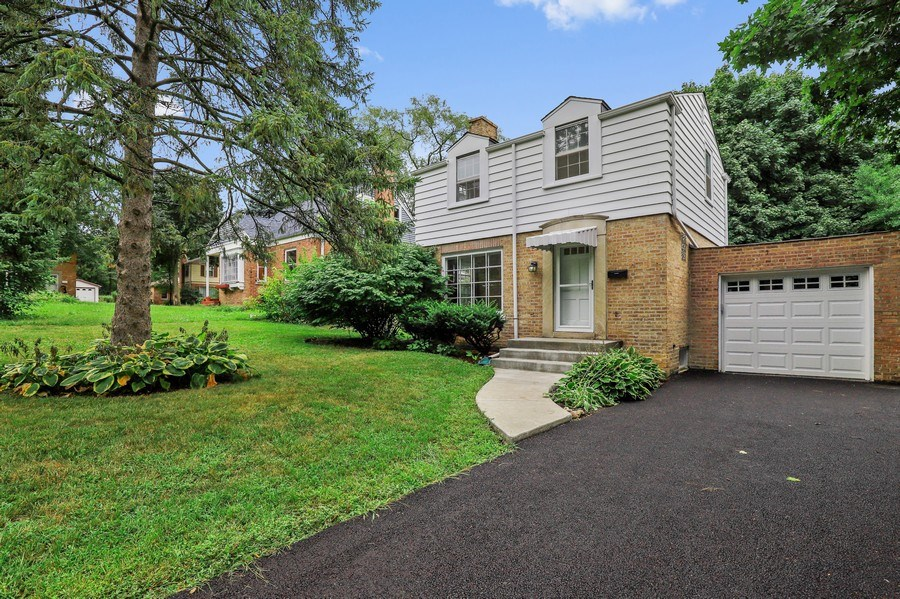 Real Estate Photography - 604 Ardmore Terrace, Libertyville, IL, 60048 - Front View