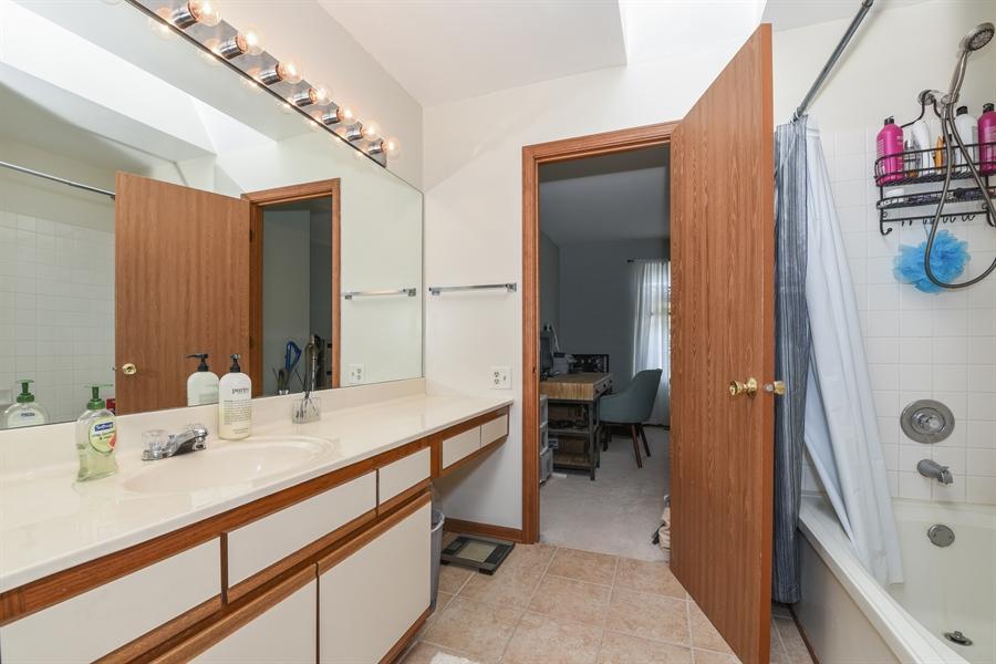 Real Estate Photography - 1690 Pebble Beach Circle, Elgin, IL, 60123 - Bathroom