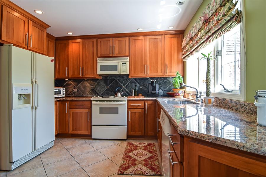 Real Estate Photography - 1304 Shire Circle, Unit 4, Inverness, IL, 60067 - Kitchen