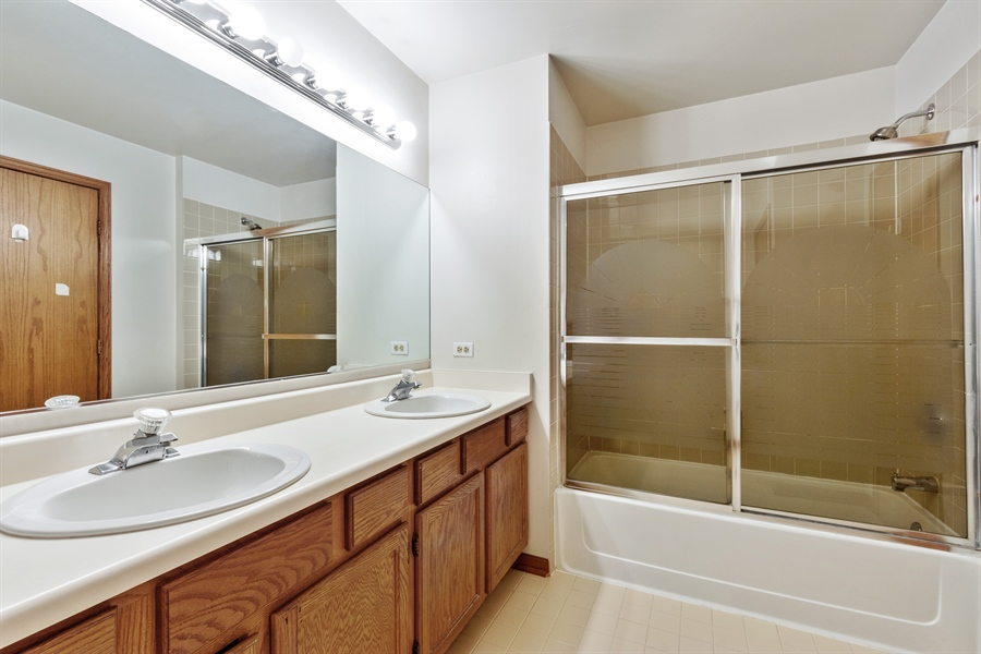 Real Estate Photography - 2916 Heatherwood Drive, Schaumburg, IL, 60194 - Master Bathroom