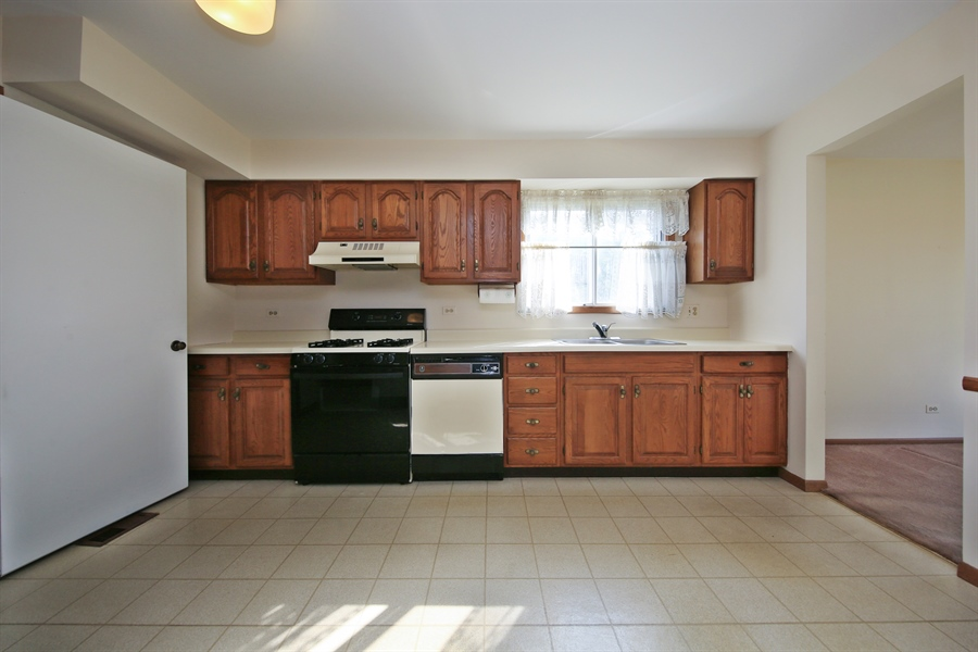 Real Estate Photography - 2489 Brunswick Circle, Unit 19B1, Woodridge, IL, 60517 - Kitchen