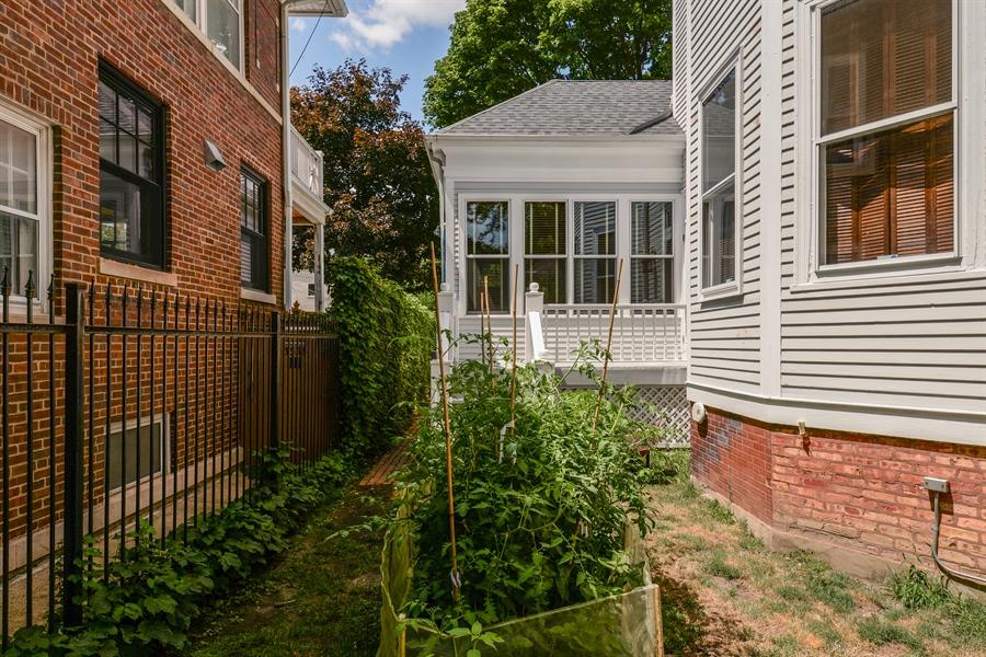 Real Estate Photography - 5344 N. Wayne Avenue, Chicago, IL, 60640 - Side Yard