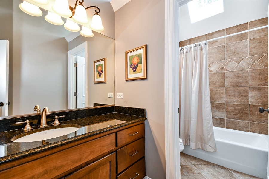 Real Estate Photography - 1404 ROYAL ST. GEORGE Drive, Naperville, IL, 60563 - Full bath just steps from BR 5