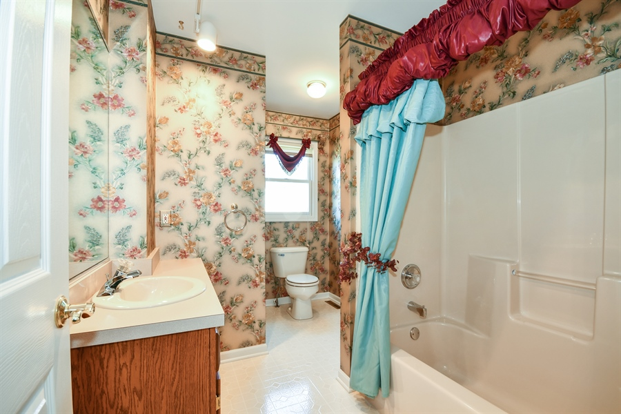 Real Estate Photography - 444 Banbury Avenue, Elburn, IL, 60119 - 2nd Bathroom