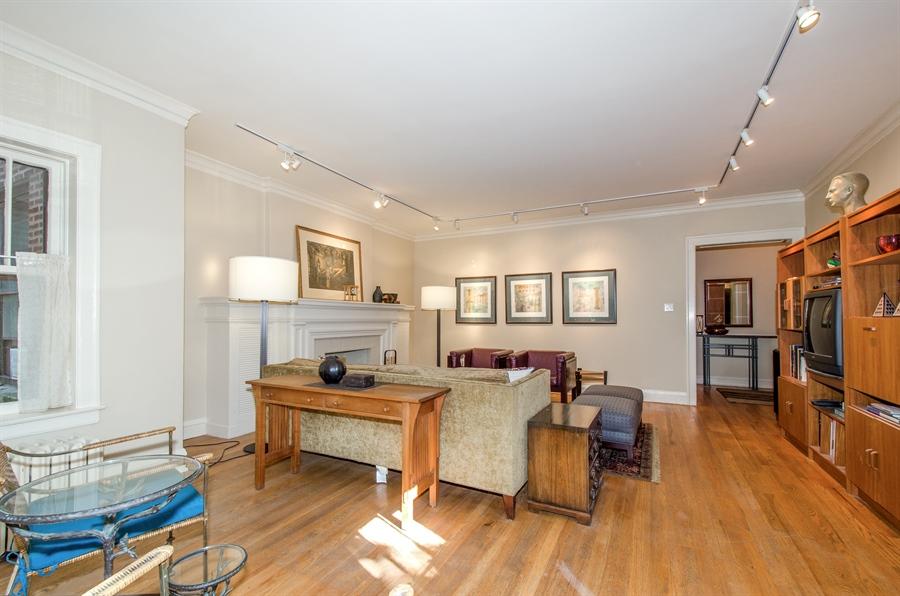 Real Estate Photography - 1436 W. PRATT Boulevard, Unit 1W, Chicago, IL, 60626 - Living Room