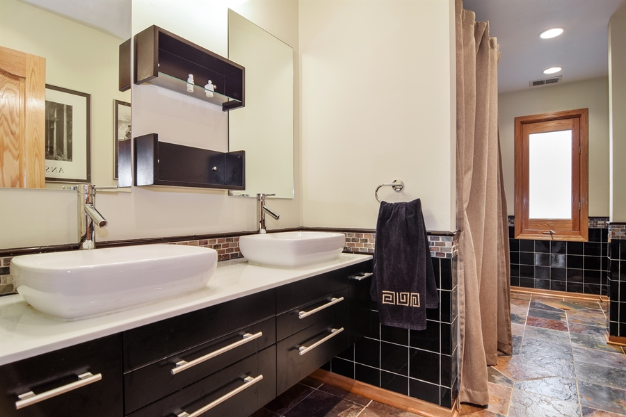 Real Estate Photography - 427 Lauder Ln, Inverness, IL, 60067 - 2nd Bathroom