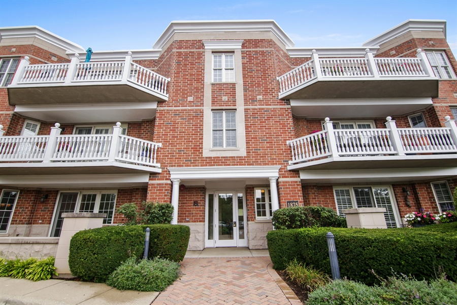 Real Estate Photography - 1875 Old Willow Road, Unit 113, Northfield, IL, 60093 - Front View