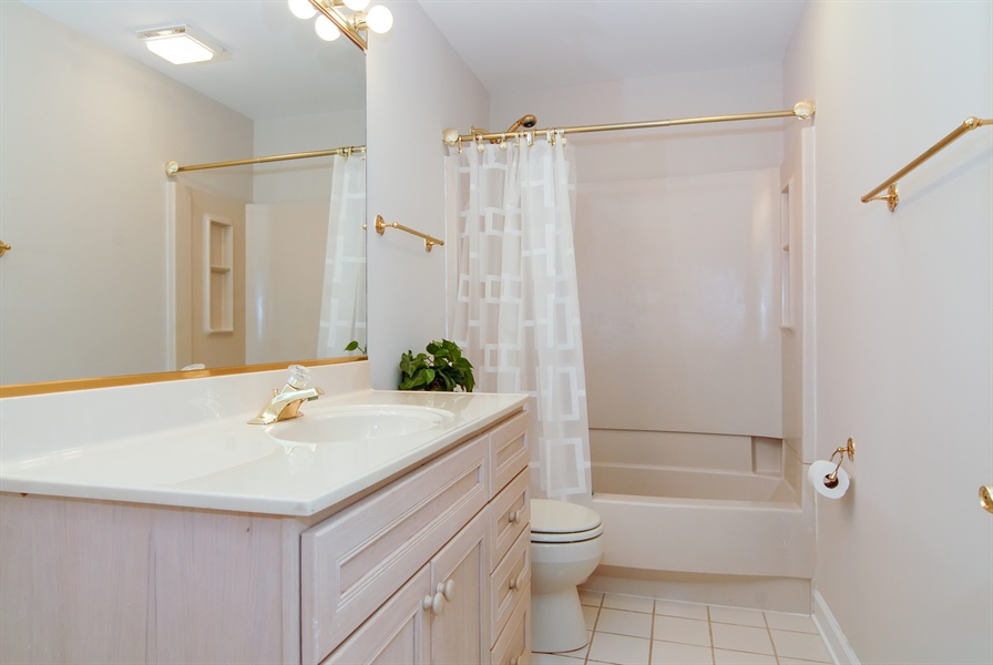 Real Estate Photography - 2321 SUTTON Lane, Aurora, IL, 60502 - Bathroom
