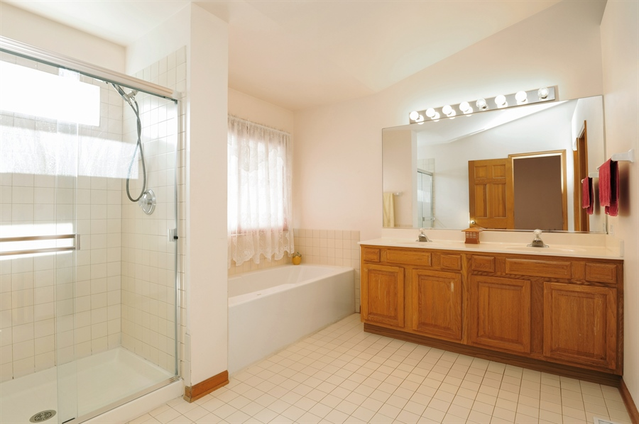 Real Estate Photography - 7235 PRESIDENTIAL Drive, Gurnee, IL, 60031 - Master Bathroom