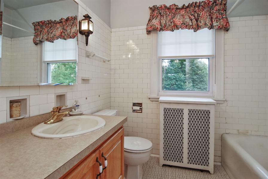 Real Estate Photography - 945 N. Elmwood Avenue, Oak Park, IL, 60302 - Bathroom