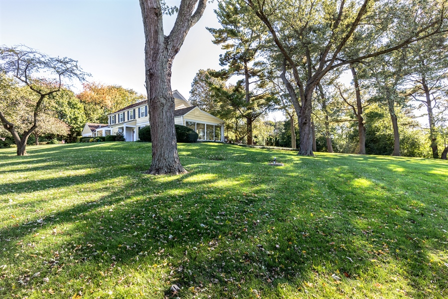 Real Estate Photography - 350 Cumnock Road, Inverness, IL, 60067 - Side Yard
