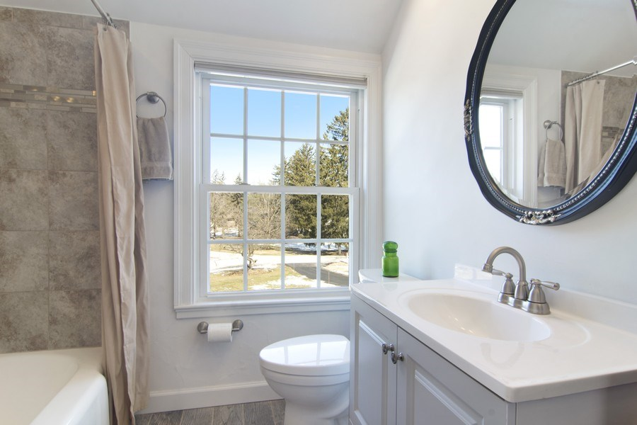Real Estate Photography - 350 Cumnock Road, Inverness, IL, 60067 - Bathroom