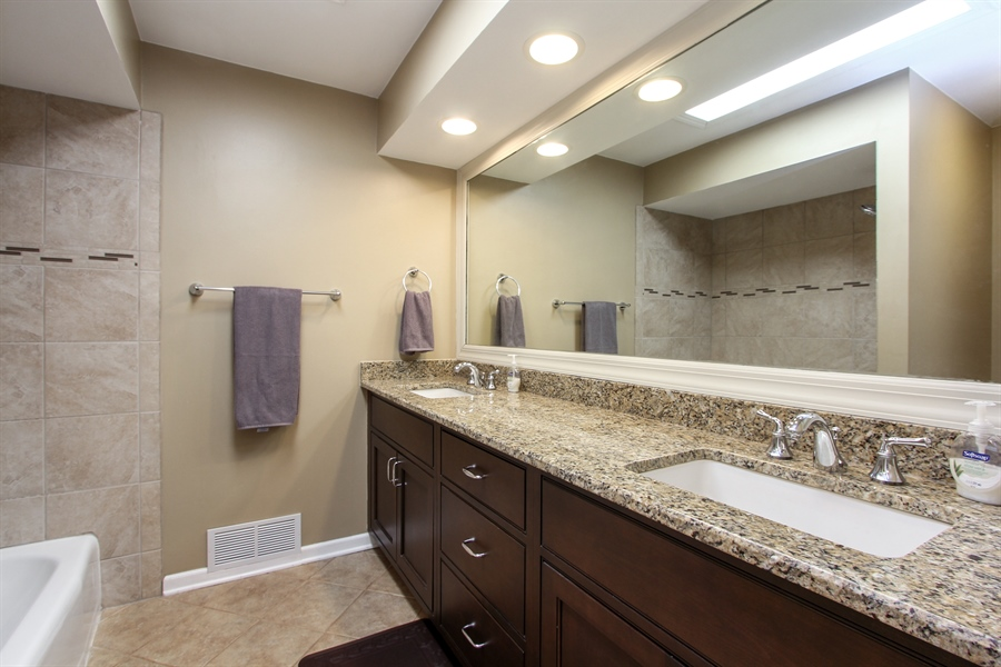 Real Estate Photography - 1127 Fairlawn Avenue, Libertyville, IL, 60048 - 2nd Bathroom