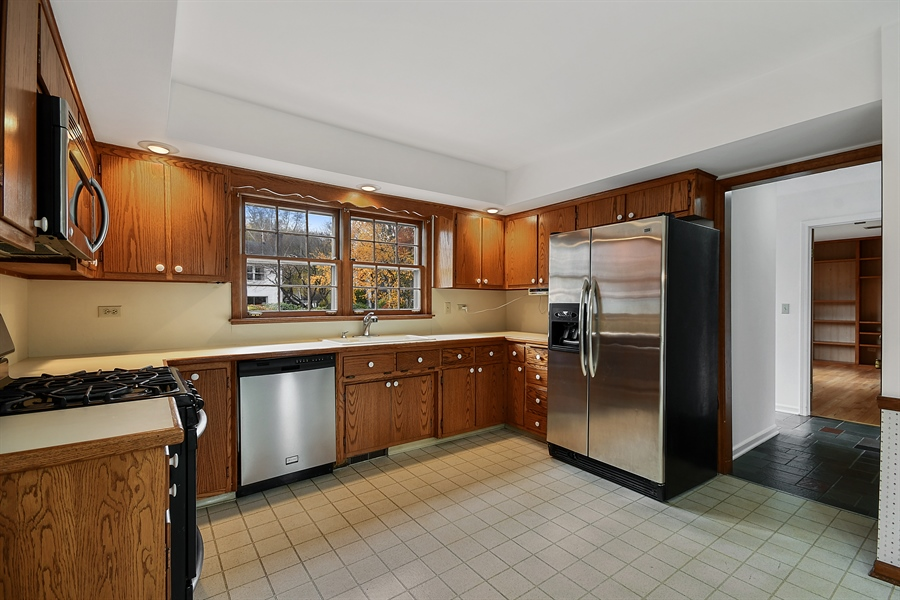 Real Estate Photography - 412 Tanglewood Lane, Naperville, IL, 60563 - Kitchen