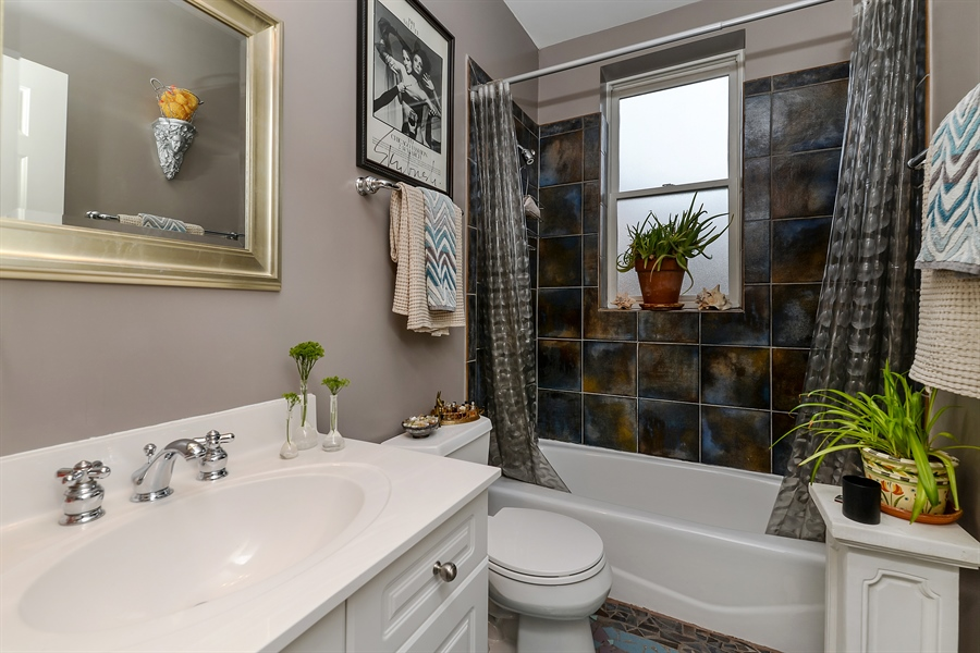 Real Estate Photography - 5638 North Wayne Ave, 3, Chicago, IL, 60660 - 2nd Bathroom