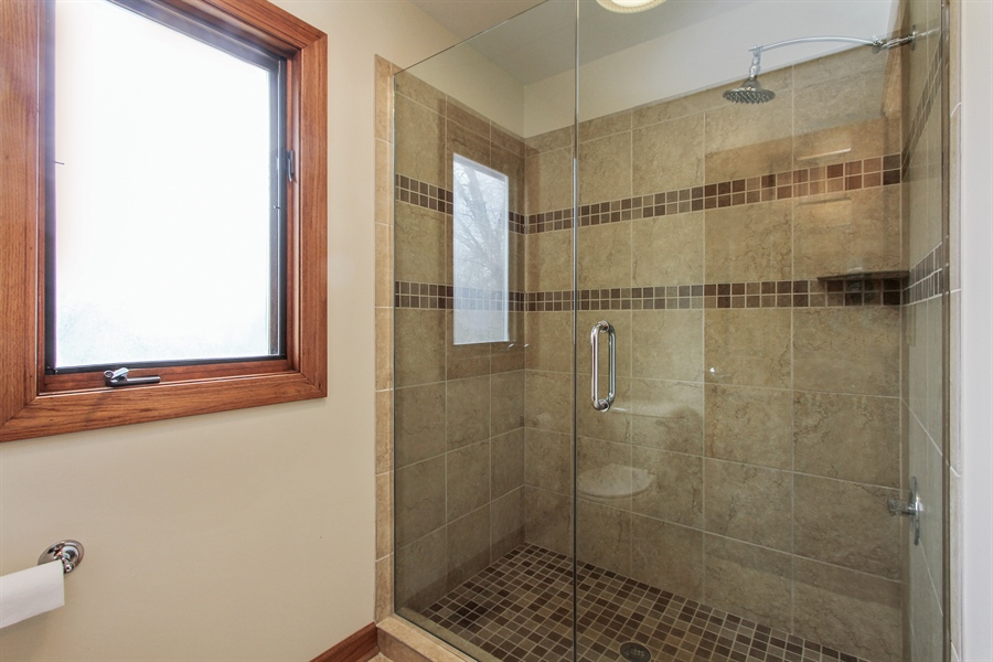 Real Estate Photography - 36 Saint John Dr, Hawthorn Woods, IL, 60047 - 2nd Bathroom