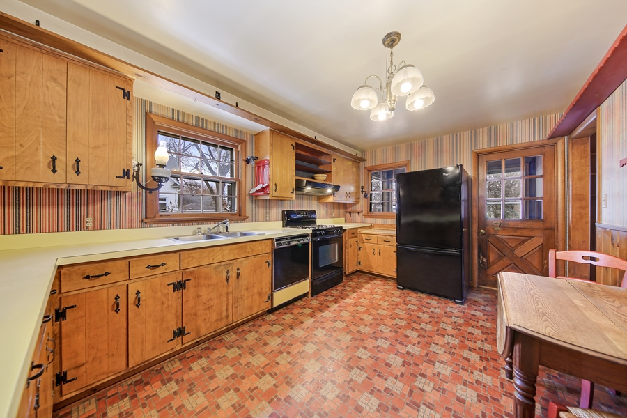 Real Estate Photography - 681 Pleasant Ave, Glen Ellyn, IL, 60137 - Kitchen
