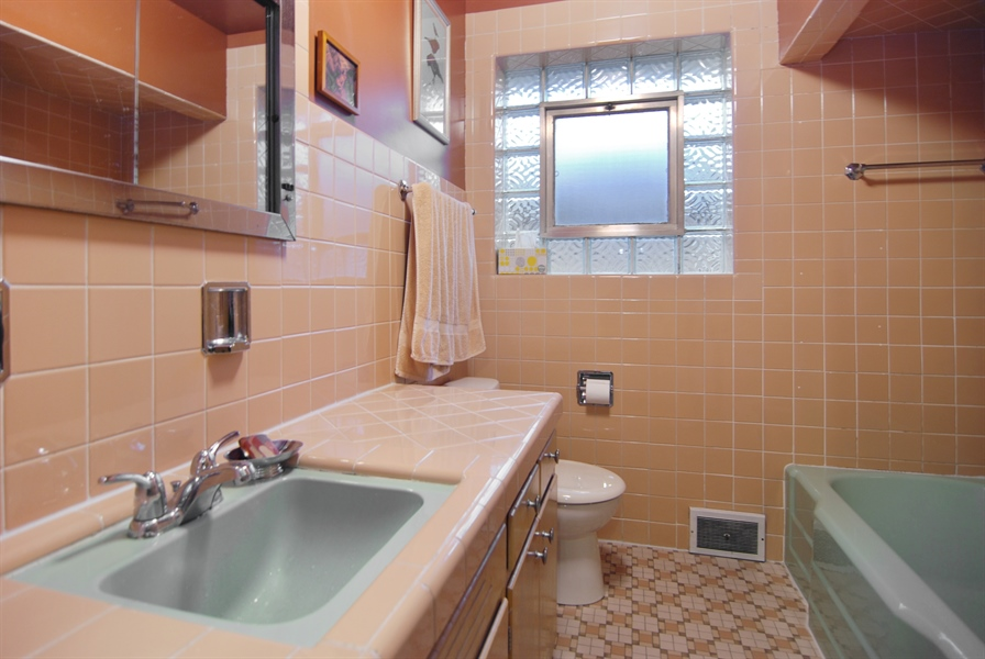 Real Estate Photography - 730 Augusta Street, Oak Park, IL, 60302 - Bathroom