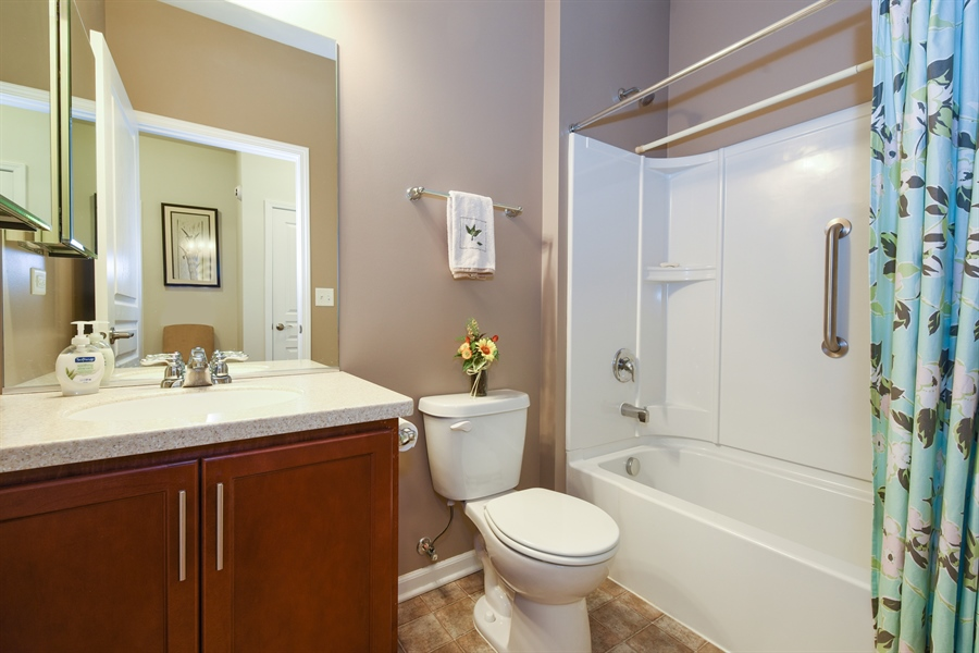 Real Estate Photography - 811 Rocky Gap Drive, Elgin, IL, 60124 - BATHROOM TWO