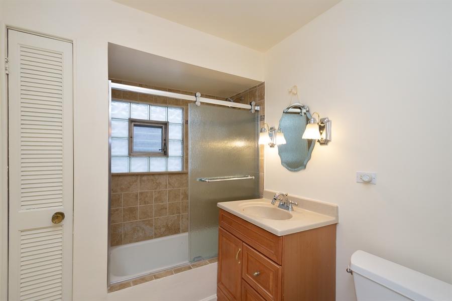 Real Estate Photography - 808 N. Humphrey Avenue, Oak Park, IL, 60302 - 2nd Floor Full Bathroom