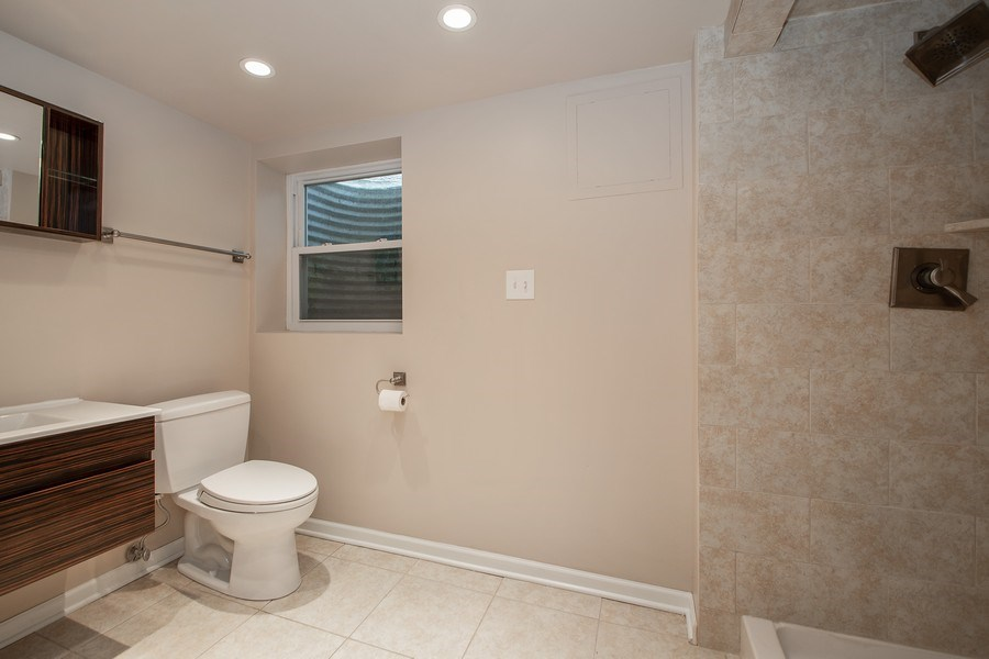 Real Estate Photography - 3033 Alexander crescent, Flossmoor, IL, 60422 - 2nd Bathroom
