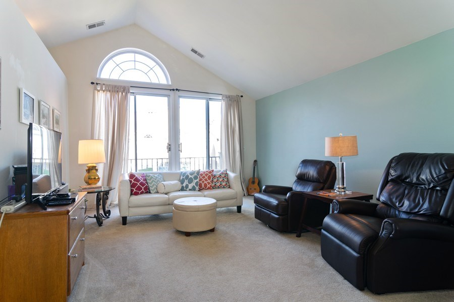 Real Estate Photography - 437 Cromwell Circle, Unit 3, Bartlett, IL, 60103 - Living Room