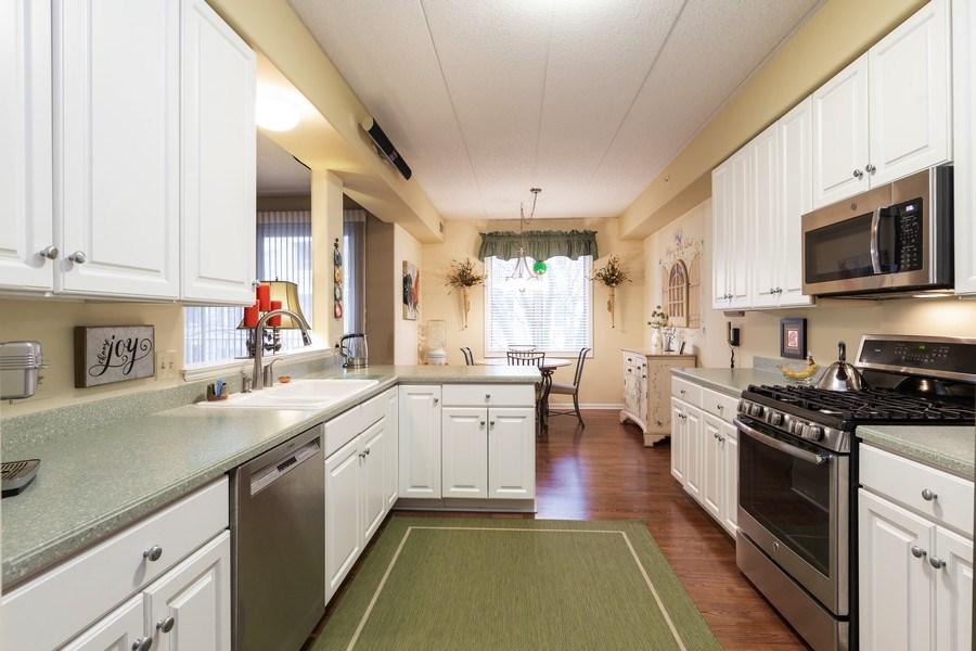 Real Estate Photography - 1731 Pavilion Way, Unit 301, Park Ridge, IL, 60068 - Kitchen / Breakfast Room