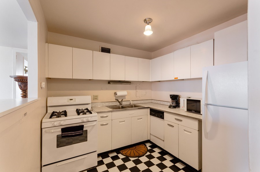 Real Estate Photography - 1400 E. 55th Place, Unit 1002S, Chicago, IL, 60637 - Kitchen