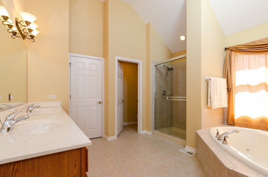 Real Estate Photography - 904 Tipperary Street, Gilberts, IL, 60136 - Master bath w/jet tub