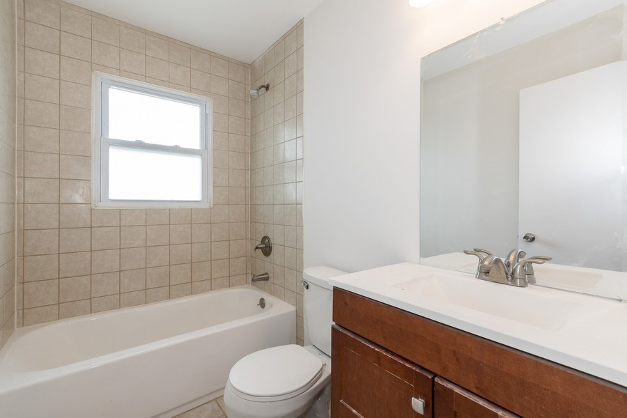 Real Estate Photography - 481 CHARLES Court, South Elgin, IL, 60177 - 2nd Bathroom