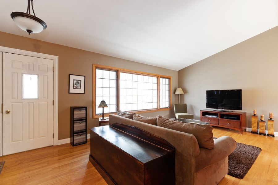 Real Estate Photography - 705 S. Dymond Road, Libertyville, IL, 60048 - Living Room