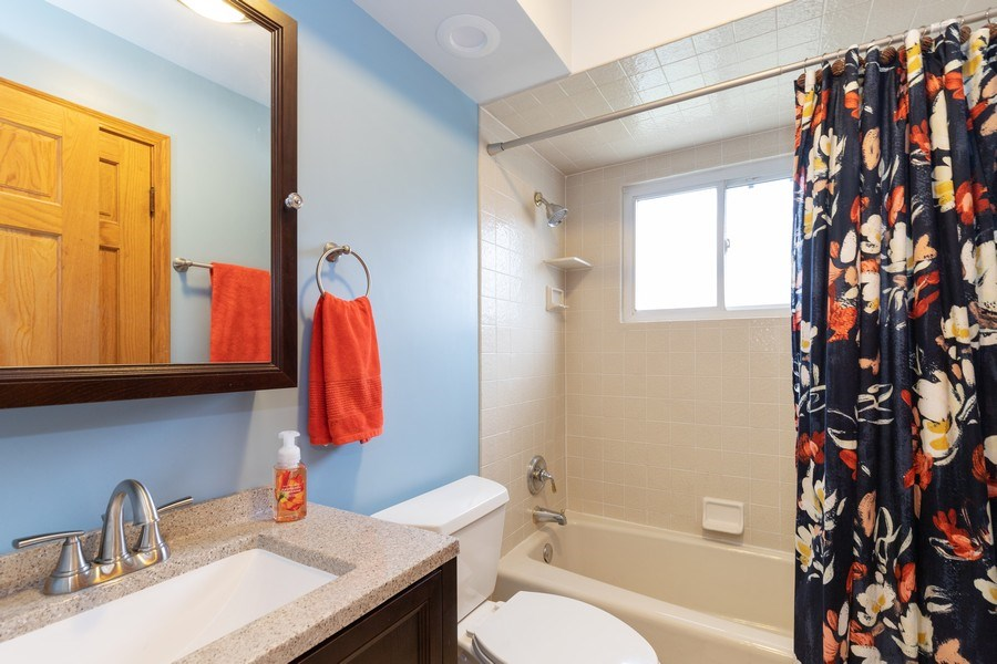 Real Estate Photography - 705 S. Dymond Road, Libertyville, IL, 60048 - Bathroom