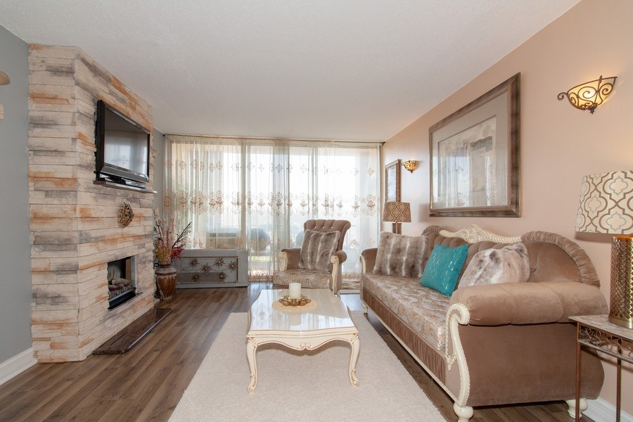Real Estate Photography - 1043 S. YORK Road, Unit 510, Bensenville, IL, 60106 - Living Room