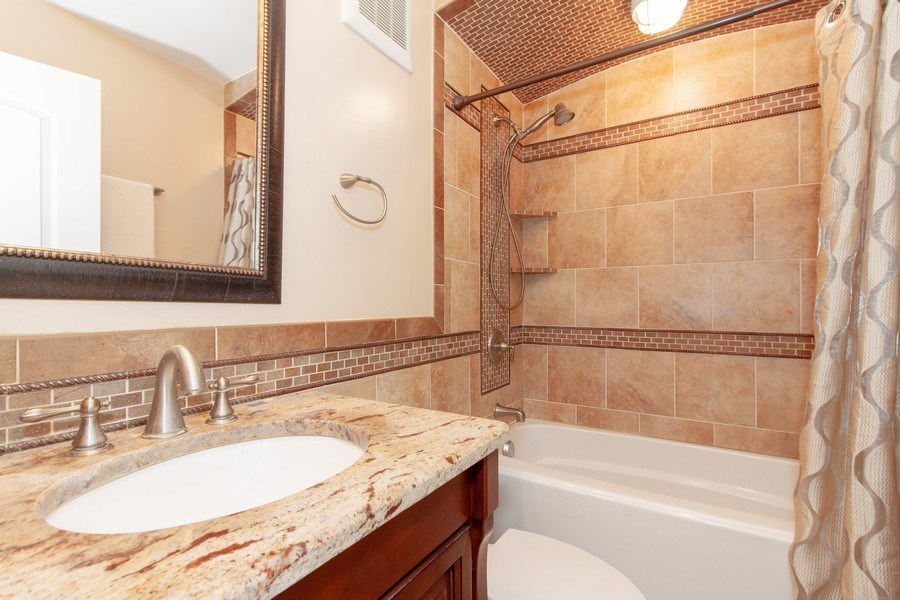 Real Estate Photography - 1043 S. YORK Road, Unit 510, Bensenville, IL, 60106 - Bathroom