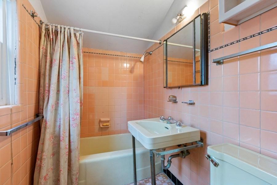Real Estate Photography - 270 North IL Route 59, North Barrington, IL, 60010 - 2nd Bathroom