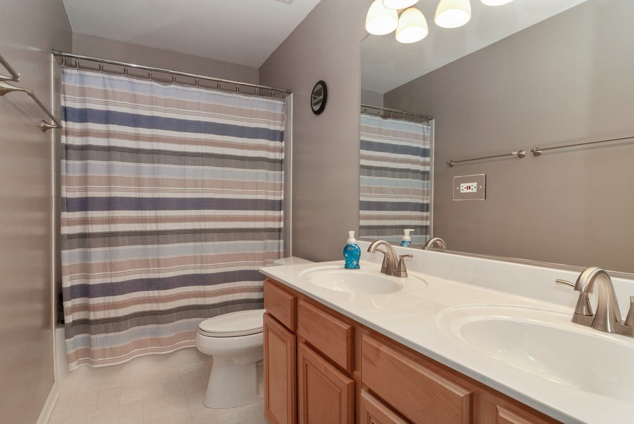 Real Estate Photography - 2472 Bayhill Court, Aurora, IL, 60503 - 2nd Bathroom