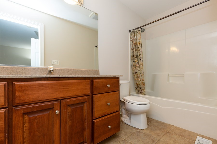 Real Estate Photography - 1711 Stone Ridge Lane, Algonquin, IL, 60102 - Full Bath in 2nd Bedroom