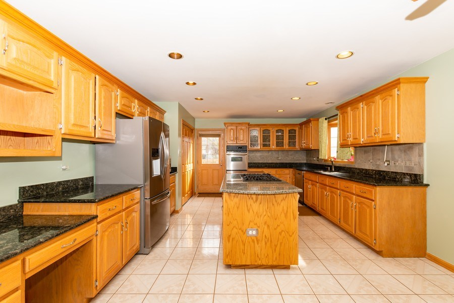 Real Estate Photography - 17312 Valley View Drive, Tinley Park, IL, 60477 - Kitchen