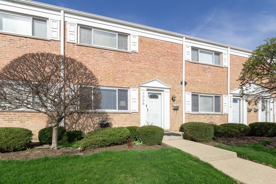 Real Estate Photography - 2008 MAPLE Avenue, Unit -, Northbrook, IL, 60062 - Front View