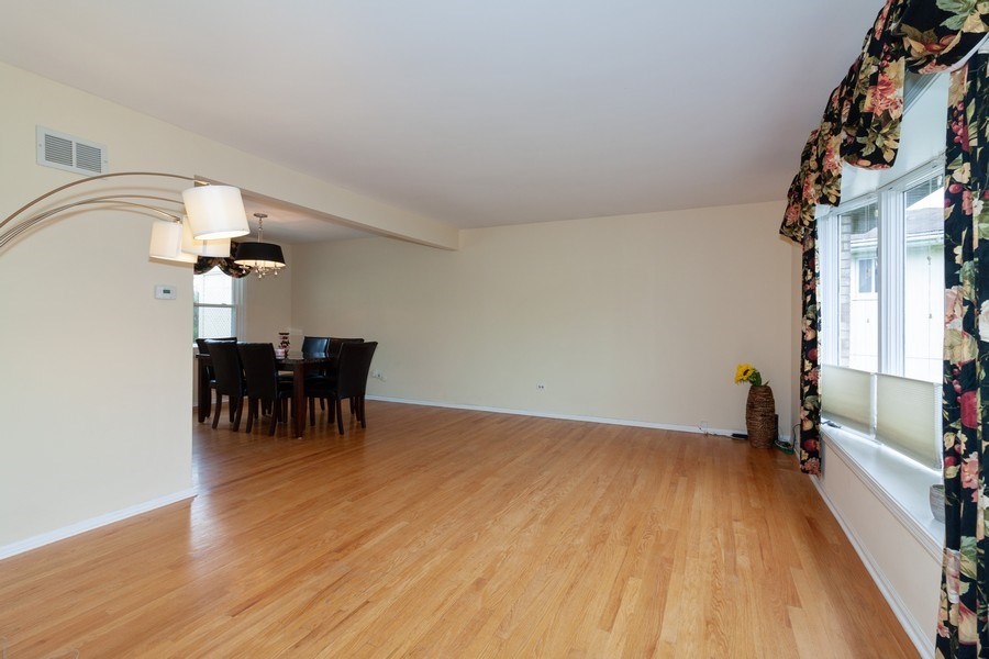 Real Estate Photography - 10S225 Kaye Ln, Willowbrook, IL, 60527 - Living Room